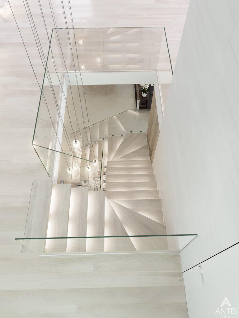Дизайн интерьера двухэтажного дома в Гомеле - лестница фото №5